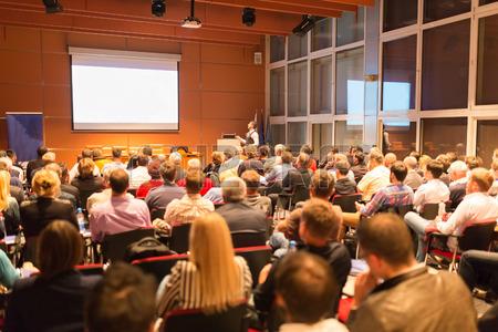 32507571-Докладчик-на-бизнес-конференции-и-презентации.-Аудито�